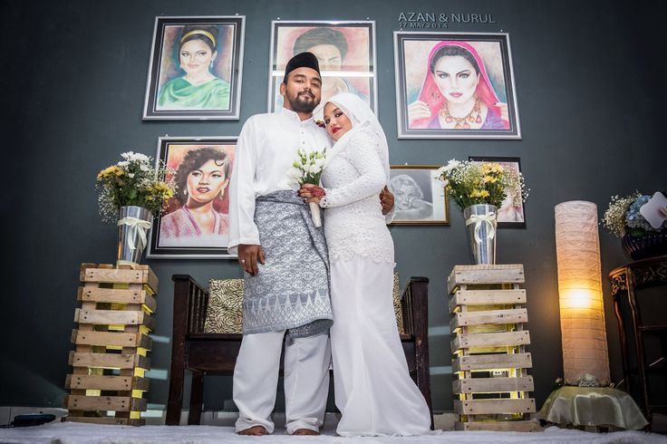 This photo taken after our solemnization at my in laws. As you can see, all the portraits is draw by my mother in law using makeup stuff like eye shadow, lipstick, eyeliner etc. We turn it in a mini dais. Cheap yet creative! Don't you think? :p