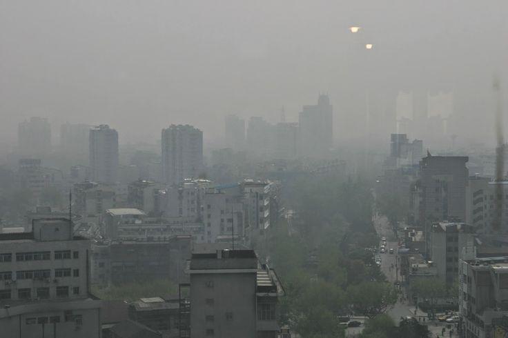 PURIFICACION DE AIRE AIRIFE MUNDIAL te dice El smog es una combinación de las palabras smoke (=humo) y fog (=niebla). Podemos distinguir dos tipos diferentes de smog: el smog de verano y el smog de invierno. El smog fotoquímico, o smog de verano, consta principalmente de ozono. Es una niebla marrón y oxidante. Las causas del smog fotoquímico son los óxidos de nitrógeno y los VOC, que resultan del tráfico y las industrias. http://airlifeservice.com/
