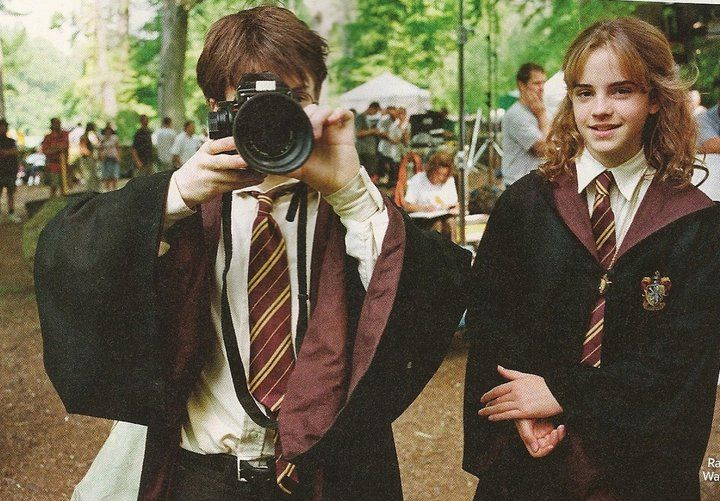 Daniel Radcliffe with a Mamiya 645 Pro (with Emma Watson) behind the scenes of Harry Potter and The Prisoner of Azkaban. Copyright: Entertainment Weekly.: Film, Emma Watson, Camera, Scene, Hermione Granger, Harry Potter, Potterhead, Mamiya 645, Daniel Radcliffe