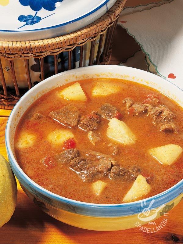 Il Gulash con patate e carne di manzo è una pietanza famosa, di origine ungherese, davvero gustosissima, che può diventare un ottimo piatto unico.