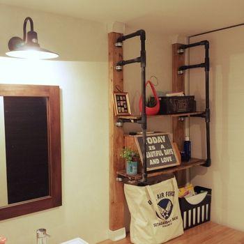 湿気や水分がたまりがちなサニタリールームも、ディアウォールでおしゃれな収納が作れます。 洗面台まわりにスペースがあるなら、このような収納を作ってみませんか?ディアウォールと塩ビ管を使った棚です。左右にわたしている板を好きに置くことができるので、インテリアを変えたいときや収納が増えたときにとても使いやすい棚ですね。