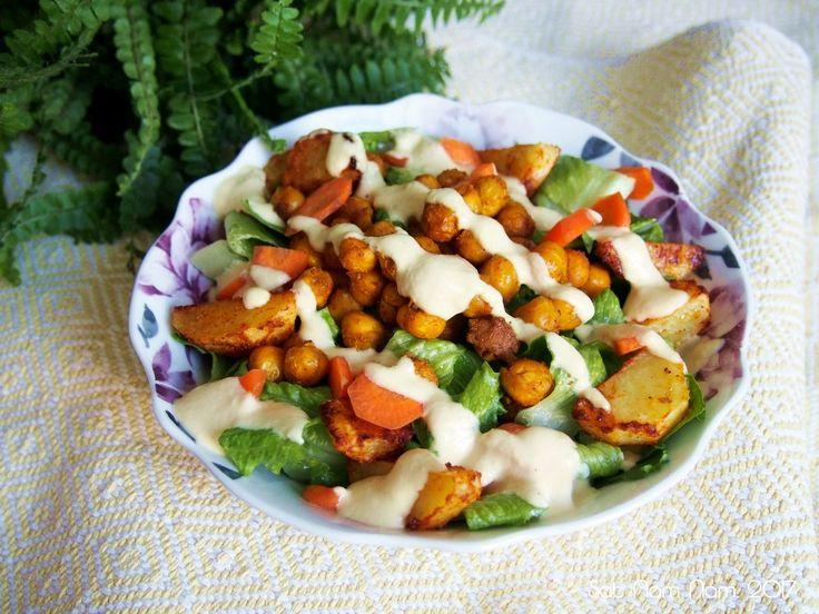 Tämä helppo ja nopea curry-kikhernesalaatti syntyy kätevästi vaikka  lounaalle tai illalliselle. Kikherneet, perunat tai bataatti paistumaan  uuniin mauisteissa ja sillä aikaa voi valmistaa kastikkeen ja muut salaatin  lisukkeet. Tämä salaatinkastike syntyi inspiraation kautta yhtenä päivänä  ja siitä lähtien olen tehnyt sitä tasaisin väliajoin. Kastike on ihanan  kermaista ja makeahkoa ja sopii erinomaisesti tasapainottamaan tulisempia  mausteita tai intialaisia lämpimiä mausteita…