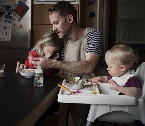 ο Johan Bävman, μέσα απο το φωτογραφικό projectSwedish Dads ,καταγραψε με τη φωτογραφική του μηχανή,τη ζωή μπαμπαδων οι οποίοι αξιοποιούν πλήρως το καταπληκτικό πρόγραμμα στην Σουηδία, το οποίο επιτρέπει σε μαμάδες και μπαμπάδες να παίρνουν
