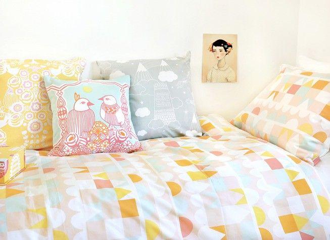 Precioso conjunto de funda para edredón nórdico, funda de almohada y bolsa de tela a juego en algodón orgánico con un bonito estampado geométrico en varios colores sobre fondo rosa - Minimoi