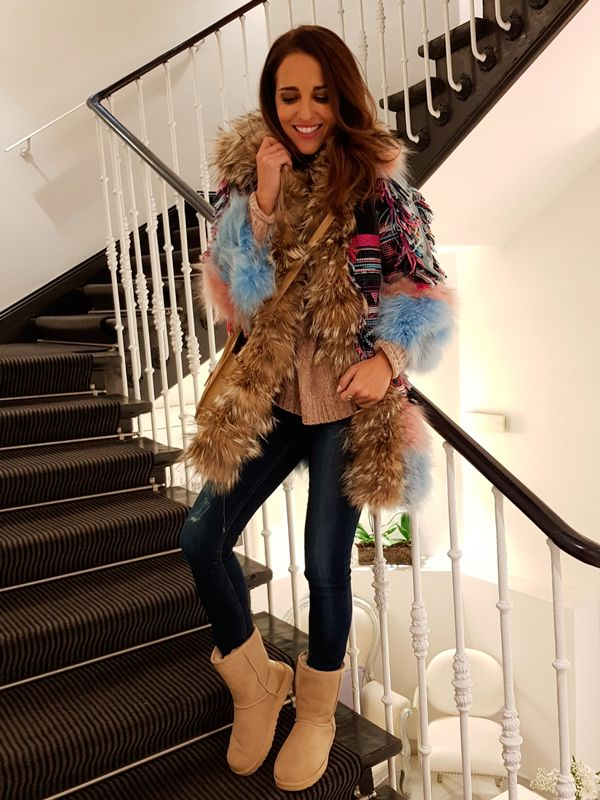 Tras la pista de Paula Echevarría » Ola de frío. Camel sweater+dark skinny jeans+camel UGG boots+colorfull printed fur coat+camel crossbody bag. Winter Casual Outfit 2017-2018