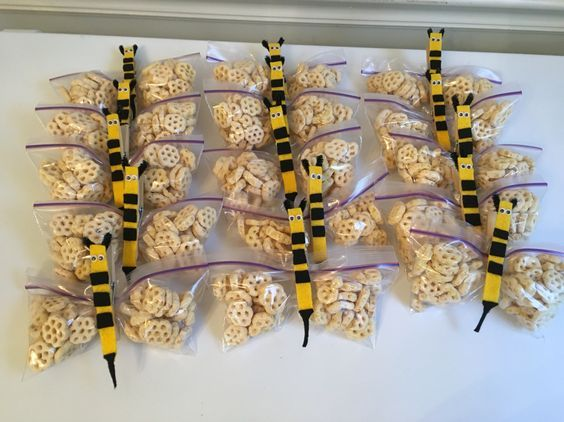 Bee themed treats for back to school night or open house.  These cute little bee snacks are made using Honeycomb cereal, small baggies and a clothespin.  CUTE