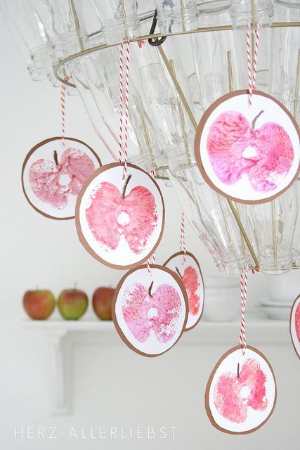 Stamped apples to hang on the chandelier, window garland, etc. <3 Apfeldruck by herz-allerliebst (Flickr)