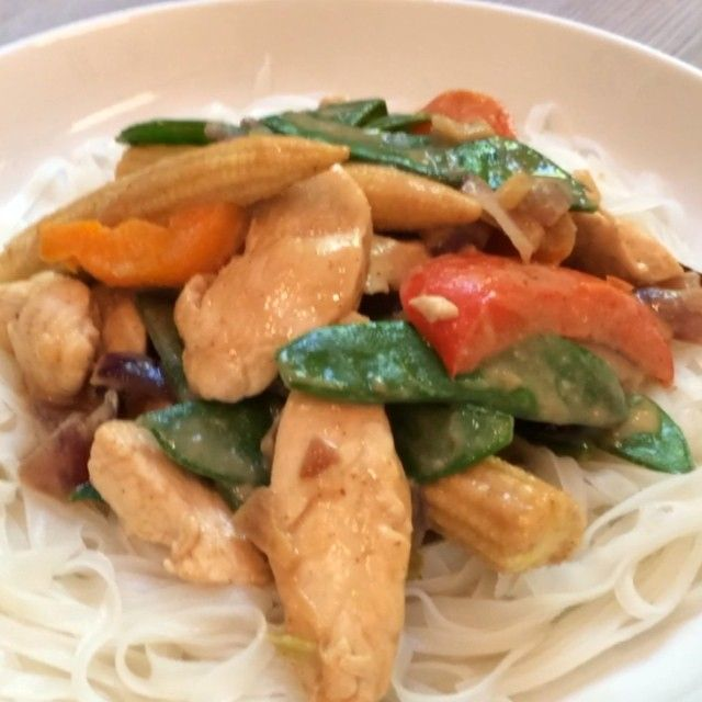 If you love peanut butter you'll bloody love this peanut butter chicken stir fry with rice noodles! #leanin15 #thebodycoach #90daysssplan #teamlean #stirfry #lunch #lean #macros #foodie #food #fitfam  Double tap if you're going to try this one at home! #Creamer