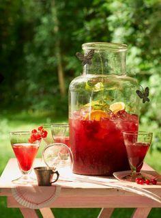 Alkoholfreie Drinks und Eistees erfrischen im Sommer mit viel Frucht und Minze perfekt.