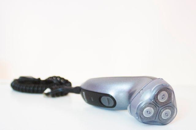 Barbeador elétrico Philips HQ 6695 - ótimo estado - R$ 30,00  Tecnologia Levanta e Corta: sistema de lâminas duplas do barbeador Philips: a primeira levanta o pelo e a segunda corta, proporcionando um barbear rente e confortável;  - Sistema Autocontorno: ajuste automaticamente aos contornos do seu rosto e pescoço para um barbear mais suave e confortável.  - Aparador retrátil de costeletas (não está funcionando)  - Funciona com e sem fio, recarregável - 110/220v