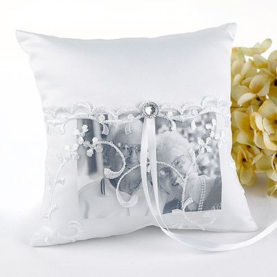Love this Memorial Pillow, you can place photos of grandparents, parents, or even you and your husband. Awesome ring pillow idea.