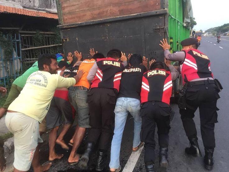 Dalmas Bantu Dorong Truk yang mogok guna antisipasi kemacetan arus lalinKamis(2/11/2017). #polisi_indonesia  #hmspoldajateng  #humasrespemalang  #dalmasrespemalang #abdinegara