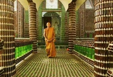 Il tempio buddista interamente costruito con bottiglie di birra - Buddist Temple built with recycled beer bottles (THAILAND)