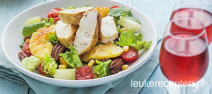 Gezonde en feestelijke zomerse salade met ananas, maïs, meloen en gegrilde kipfilet