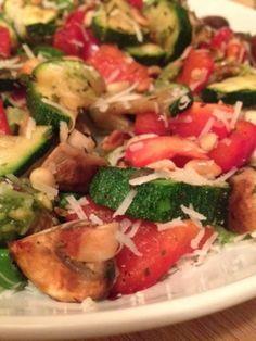 Lauwwarme maaltijdsalade met gegrilde groentes, pesto, Parmezaanse kaas en pijnboompitjes