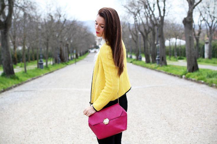 outfit | look | camicia bianca | ragazza | giacca gialla | borsa fucsia | skinny jeans | pantaloni neri | bvlgari | zara | rossetto fucsia 2