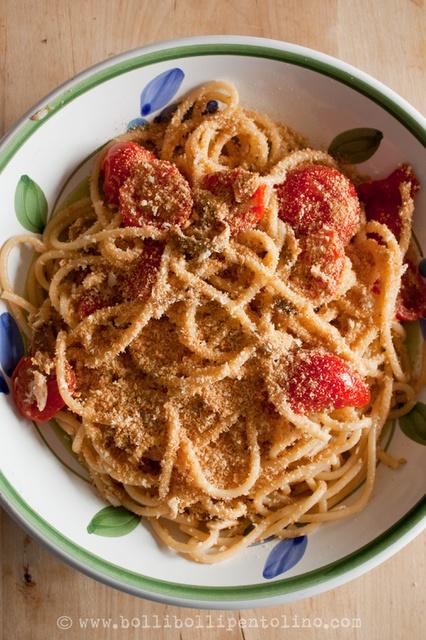 Pasta cu l'ancioi e 'a muddica - pasta con alici e mollica alla siciliana