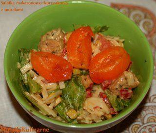 Sałatka kurczakowo-makaronowa z dodatkiem moreli