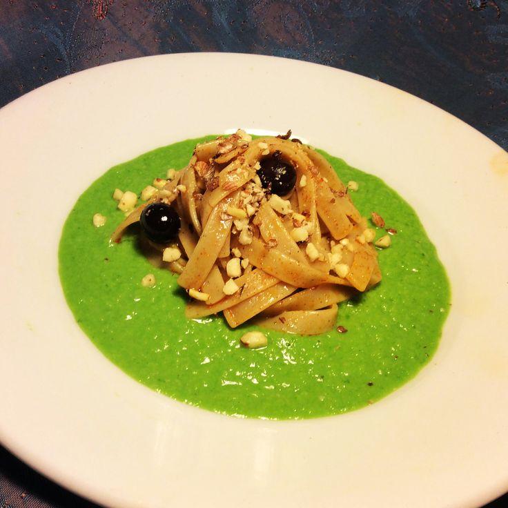 Fettuccine di canapa alla paprica dolce su letto di scarola, con olive nere e granella di nocciole