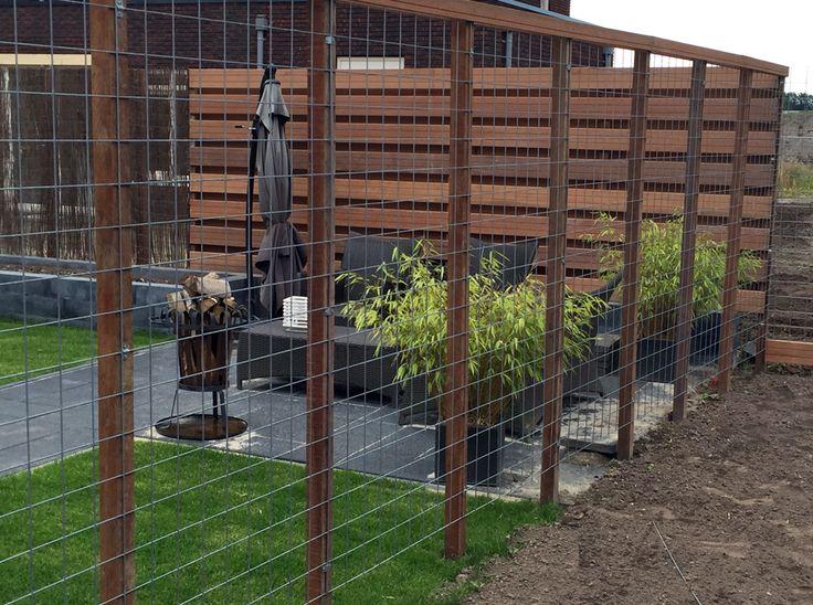 Stalen trellis als schutting voor klimplanten. Leuk en goedkoop tuin idee!