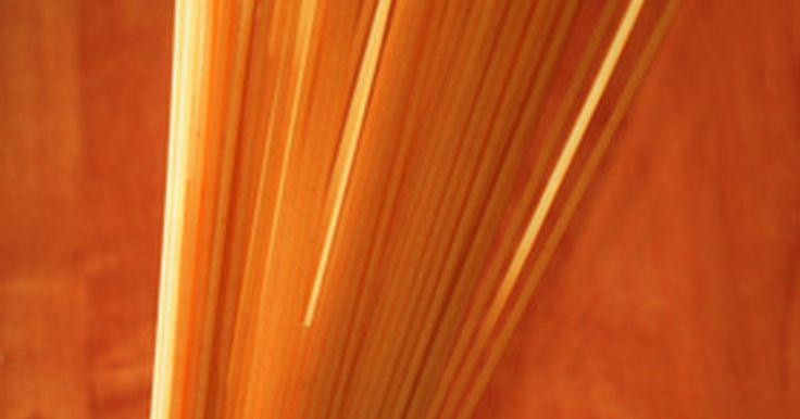 Cómo cocinar espagueti en un microondas. Cocinar espagueti en el microondas no ahorra tiempo, pero algunas personas, como los estudiantes universitarios o los que viven en apartamentos eficientes les resulta más conveniente usar el horno microondas que ir a una cocina común para preparar sus espaguetis. La textura varía ligeramente de la pasta cocinada en la estufa, pero es una ...