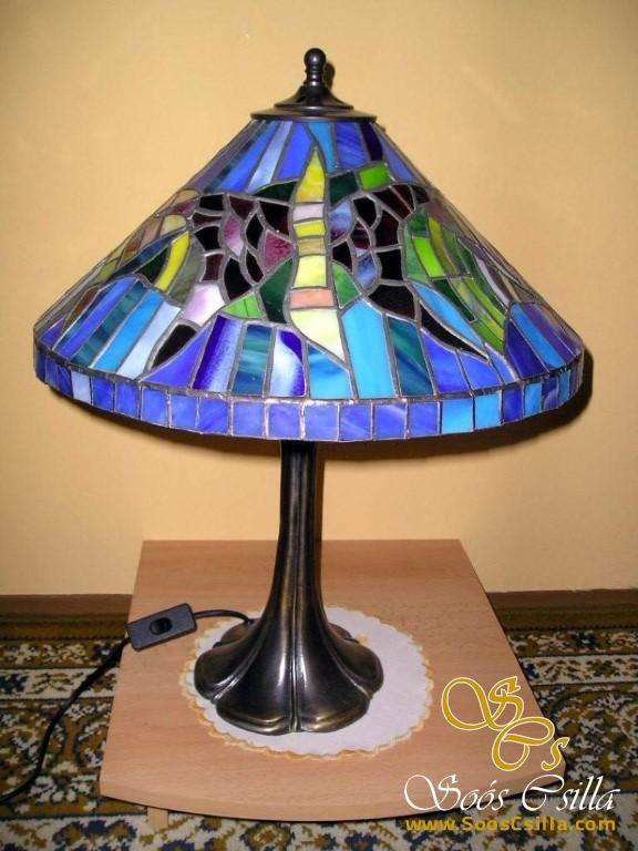 Tiffany asztali ólomüveg lámpa  http://hu.sooscsilla.com/tiffany-technika-lampak/ http://hu.sooscsilla.com/portfolio/fem-es-uvegtalpu-tiffany-asztali-olomuveg-lampa/