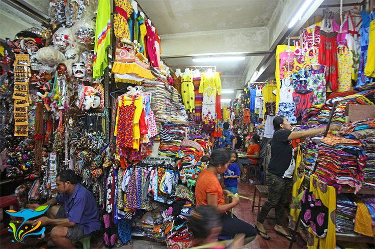Ini bagian dalam gedung utama Pasar Seni Sukawati, pengap, sesak, panas, justru disitulah seninya.