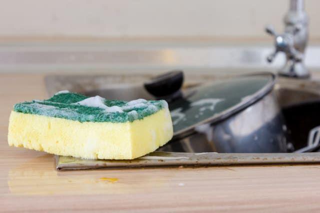 Deposítala en un recipiente de vidrio con agua y caliéntala por 30 segundos. El calor eliminará las bacterias y el mal olor.