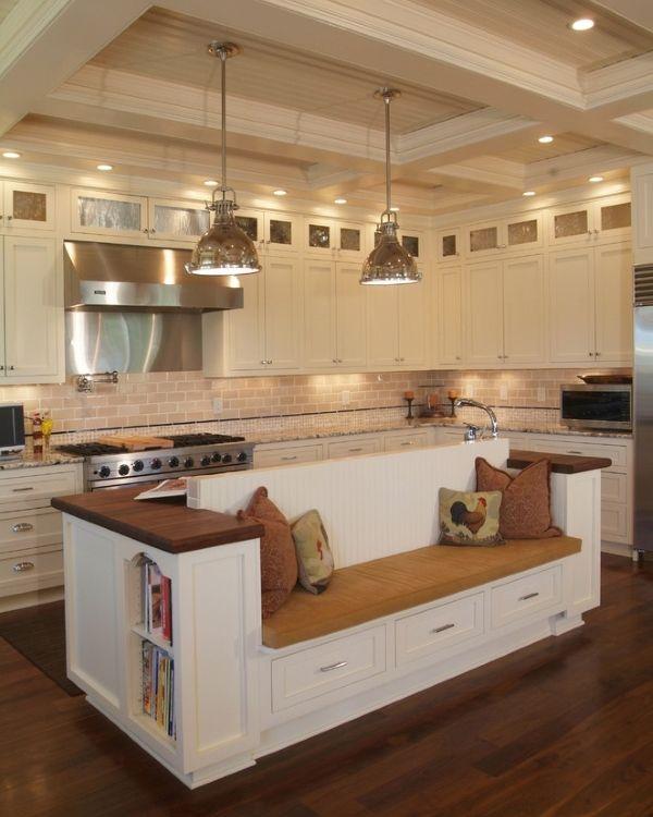 Мягкая скамья с ящиками и спинкой на кухне