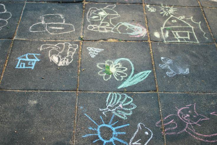 Desenatul cu degețelele în tava cu făină sau griș, cu creioane colorate pe cărți de colorat, cu cretă pe tablă sau afară, pe asfalt.