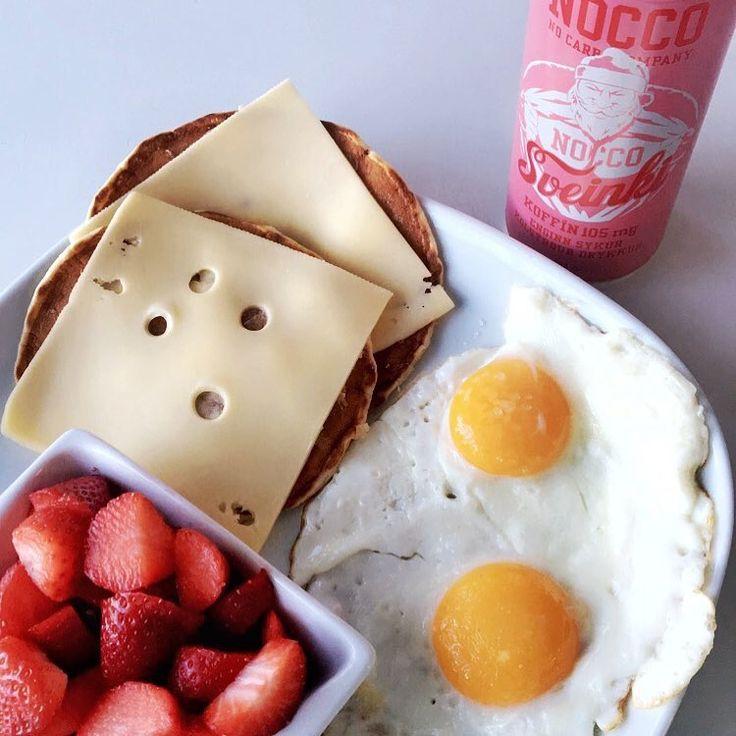 Noccobcaa skumtomte Nocco, stekt ägg, jordgubbar, protein pannkakor/mackor ost. Frukost