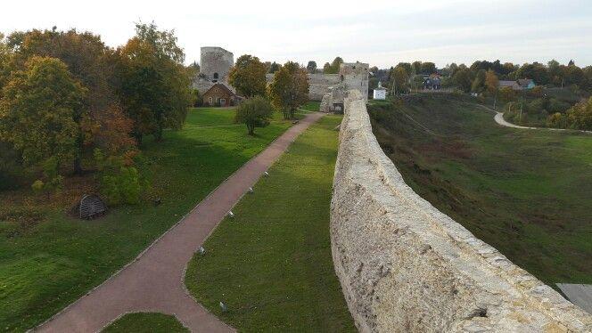 Изборская крепость. Вид с башни Луковка.