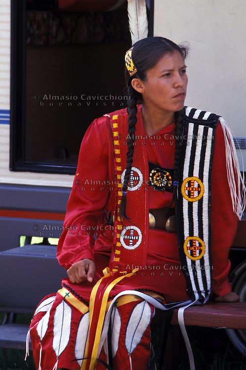 Lakota Indian Women Clothing   ... tradizionale.LAKOTA SIOUX native American wearing traditional clothing