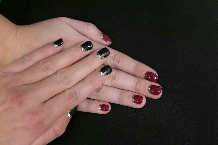 Fekete-arany, vagy vörös-arany? Te melyiket választanád?   További képekért látogass el a www.magdiszepsegszalon.hu/galeria olalunkra.  #blacknail #goldnail #Nails