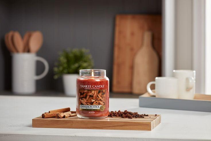 Cinnamon Stick - Livets krydda -den behagliga doften av kanel ger en lugnande hemkänsla.  Cinnamon Stick finns i ett brett doftutbud. Doftljus i Classic design och Decor i stilrena pelarljus. Reeds med doftstickor Classic  och Decor design. Sprid kontinuerlig väldoft med elrefill. #YankeeCandle #DoftLjus #Doftpinnar #Doftstickor #Refill #Kanel #Väldoft