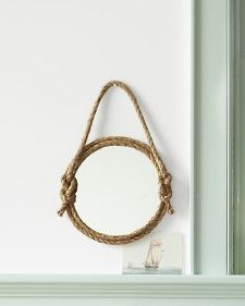 Un espejo con cuerda de sisal..