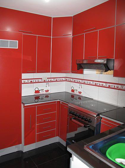 Mueble de cocina realizado con Melamina rojo colonial, tapacantos