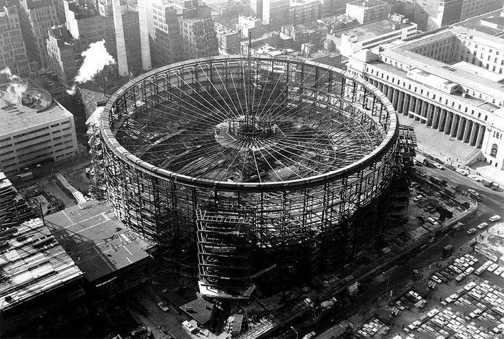 Imagem de 1966 durante a construção do complexo Madison Square Garden ou simplesmente MSG, em Nova York. É um complexo de quatro arenas, com capacidade para quase 20.000 fans em jogos de basquetebol e 18.000 em jogos de hóquei no gelo. É também palco de concertos e música clássica, incluindo a famosa e histórica exibição …