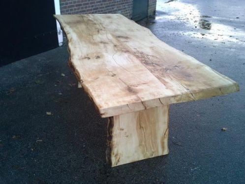 Nieuwe eiken tafel met natuurlijke vormen gemaakt uit één boom.  Ongeveer 220 lang, 90 -100 cm breed en 80 cm hoog.