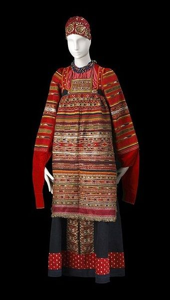 kind of traditional Russian costume and headdress. shirt, sarafan, high apron. traditional Russian embroidery