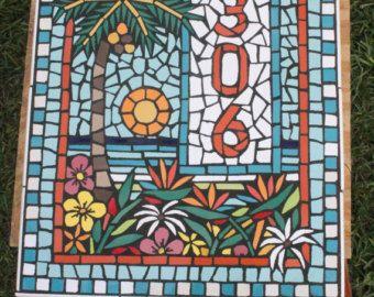 Esta placa de mosaico fue creada para un cliente en Port Aransas, Texas. Mide 18 x 24, con lo que el pedazo de tres pies cuadrados. Los azulejos cortados individualmente se adhieren para cemento hardi Junta y la Junta hardi se atornilla a la madera contrachapada que cebar y pintar con la pintura al aire libre. Todas las líneas de la lechada se sellan firmemente, haciendo de este un prácticamente agua prueba colgar de la pared que va a durar la vida de su casa. Yo he estado creando mosaicos…