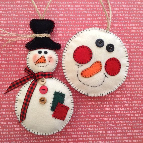 Adornos de Navidad muñeco de nieve - juego de 2 - hecho a mano y diseño en fieltro y decoración con encantadores detalles como botones, arpillera de la cinta de tela escocesa... Increíble para una decoración maravillosa esta temporada. Ideal para aquellos L❤️VERS de muñeco de nieve.  Diseño clásico y vintage... color fuera blanco.  La medición de estos adornos es:  Muñeco de nieve es 7 de largo y 3 1/2 de ancho Todo es 4 de diámetro  Entra y visita mi tienda para más variedad. ¡Disfrute!...