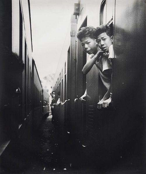 """Foto: Yau Leung - """"Train Junction (Ma Liu Shui)"""", 1963. // #artSelecta el arte que hay que ver // lee nuestros articulos en nuestro blog // streetphotography, hong kong, fotografia documental, inspiration, vintage beauty."""