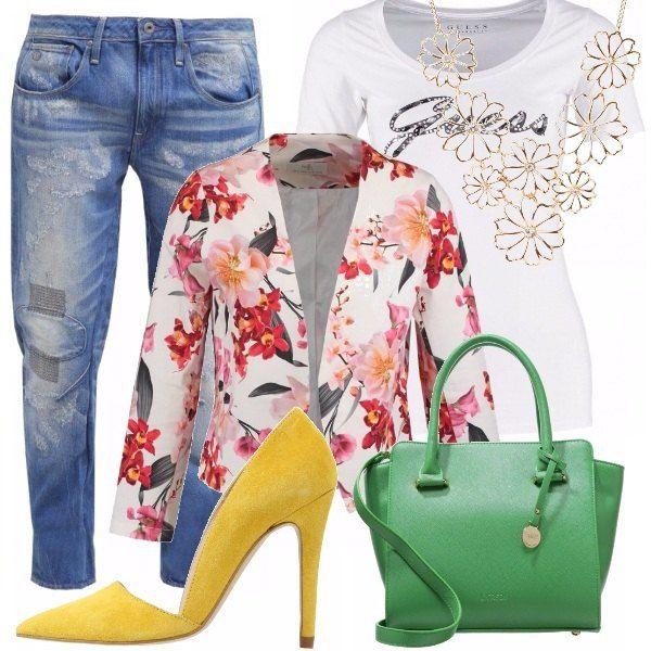 Tiriamo fuori tutti i colori dall'armadio e abbiniamoli così: jeans rigorosamente boyfriend per sdramatizzare, aggiungiamo una t-shirt bianca come base alla nostra bellissima giacca spring colorata. Finiamo con delle décolletè in giallo maiz scamosciato e stacchiamo completamente con una borsetta in verde menta.