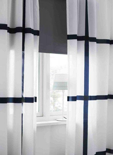 Marmorblad, leggera e filtrante, la #tenda bianca e blu in misto poliestere 70% e cotone 30%. Misura L 145 x H 300. Prezzo 14,99 euro. Qui abbinata a Tupplur, tenda a rullo oscurante in 100% cotone trattato con plastica acrilica. Si fissa sia all'interno del telaio della finestra, sia all'esterno, oppure a soffitto. Disponibilie anche in altri colori e dimensioni, misura L 140 x H 195