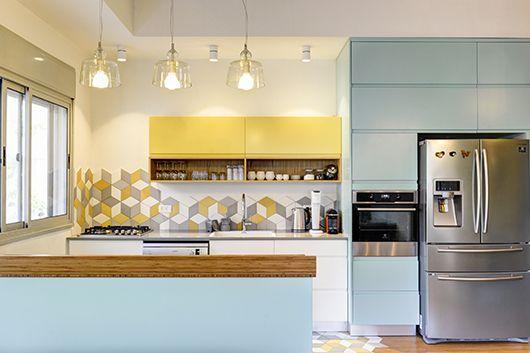 ארונות המטבח נצבעו בתנור כדי להגיע לגוונים מדויקים התואמים את אריחי הקיר והרצפה | אדריאן דודה