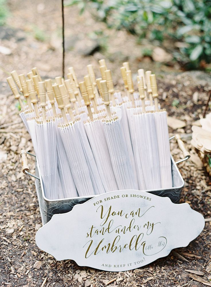 Protect your guests from sunburn with a dainty parasol, a touch that brings a little bit of vintage to your ceremony.
