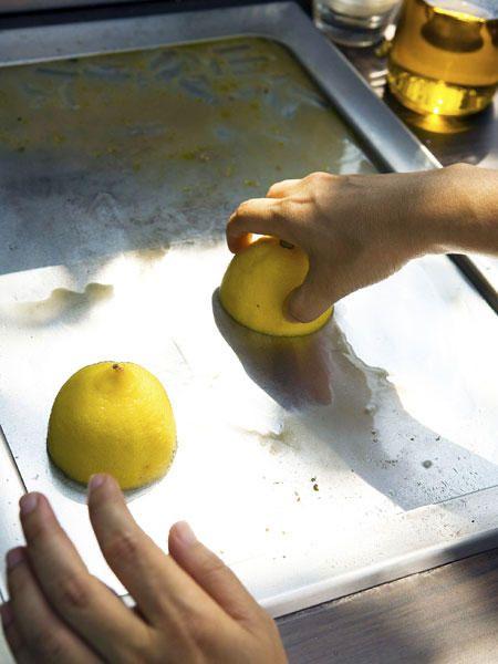 9. Zahnpasta für sauberen Silberschmuck- und Besteck – RICHTIG Sie polieren sich Ihre Finger wund, doch der graue Schleier auf dem Silberbesteck oder Ihrer Kette bleibt resistent? Das folgende Mittel hat wirklich jeder Zuhause: Zahnpasta! Reiben Sie das Silber damit ein (kein Gel!). Anschließend die Kette oder das Besteck in warmes Wasser tauchen. Zusammen mit der Zahnpasta lösen sich die oxidierten Silberpartikel und Ihr Silber glänzt wie neu!