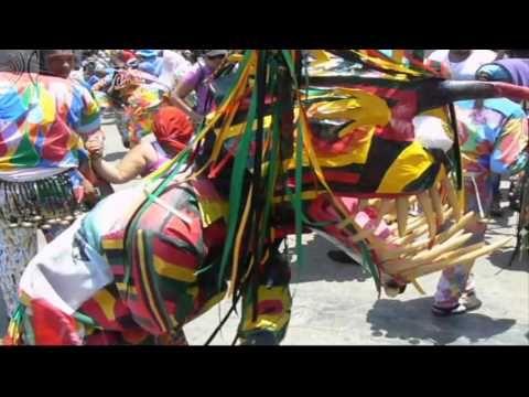 Diablos danzando frente a la iglesia durante la celebración de la Fiesta de los Diablos Danzantes de Naiguatá #Vargas #Venezuela #Cultura #Tradiciones
