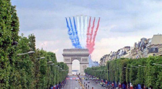 """En formation """"Grande Flêche"""" à 9 avions, la PAF ouvre traditionnellement le défilé du 14 Juillet, à la verticale des Champs Elysées. © ECPA-D"""